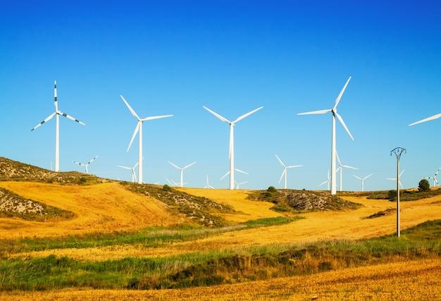 Windkraftanlagen auf ackerland Kostenlose Fotos