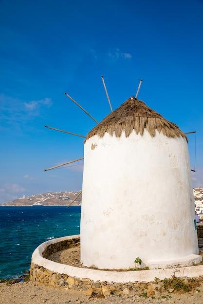 Windmühle auf einem hügel nahe dem meer auf der insel von mykonos, griechenland Premium Fotos