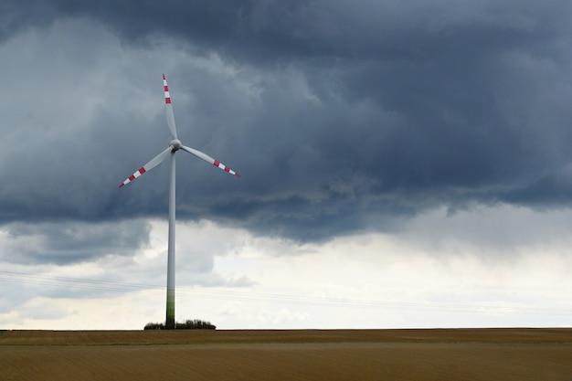 Windmühle in einem feld Kostenlose Fotos