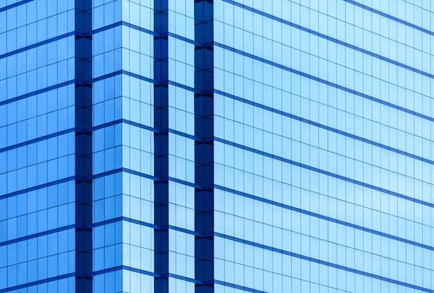 Windows des geschäftsgebäudes mit vielem spiegel mit reflexion. Premium Fotos