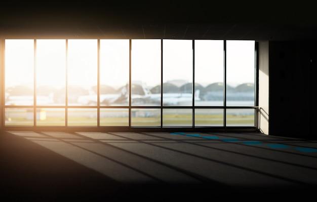 Windows mit sonnenuntergang am flughafen. Premium Fotos