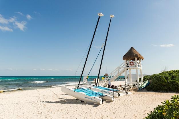 Windschiffe auf sandküste in der nähe von meer Kostenlose Fotos