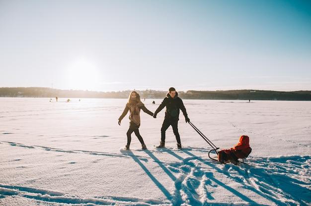 Winter-familienschlittenbaby Premium Fotos
