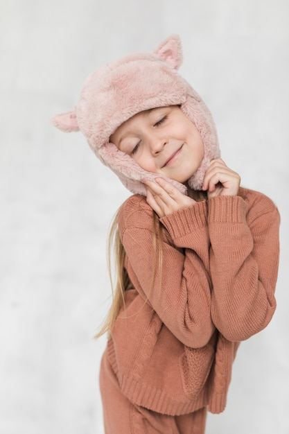 Winter gekleidete art und weiseaufstellung des kleinen mädchens Kostenlose Fotos