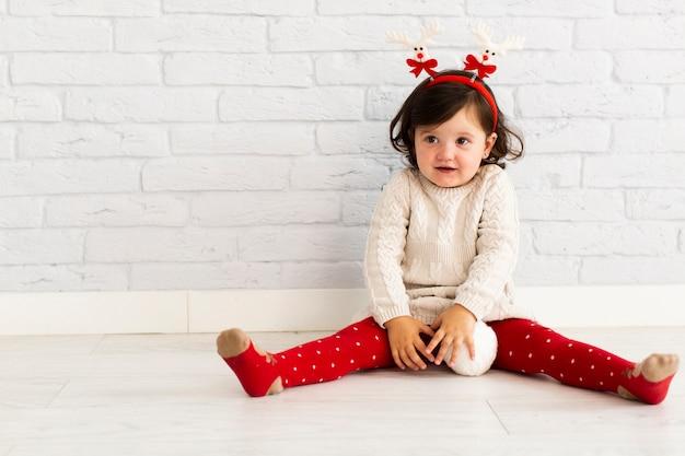 Winter gekleidetes mädchen, das mit schneebällen spielt Kostenlose Fotos