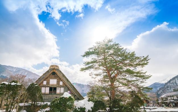 Winter shirakawago mit fallendem schnee, japan Kostenlose Fotos