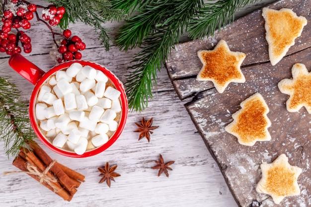 Winterfrühstück, tasse mit heißer schokolade, marshmallows, geröstetes brot Premium Fotos