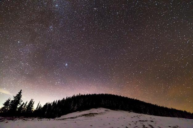 Wintergebirgsnachtlandschaft Premium Fotos