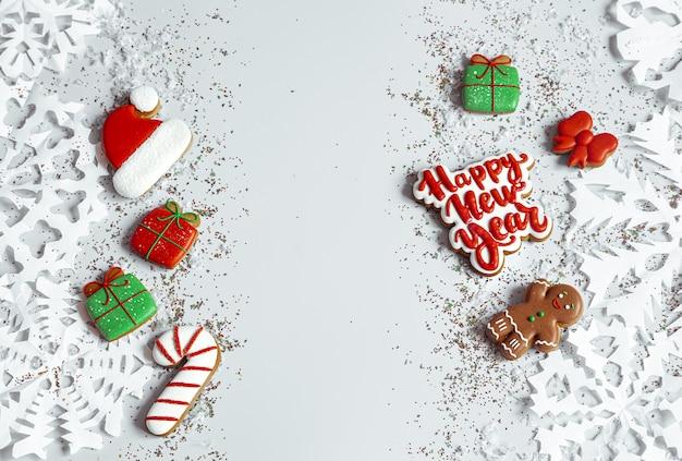 Winterhintergrund mit verziert mit glasurlebkuchen, schneeflocken und konfetti draufsicht. frohes neues jahr Premium Fotos