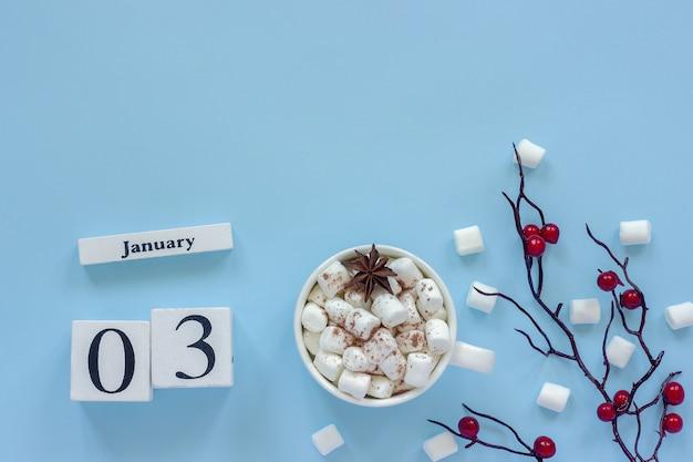 Winterkomposition. weiße hölzerne kalenderwürfel. daten 3. januar tasse kakao, marshmallows Premium Fotos