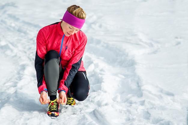 Winterläufer, der das laufen fertig macht, schnürsenkel bindend Premium Fotos