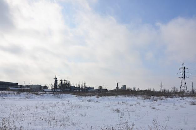 Winterlandschaft mit türmen von fernleitungen Premium Fotos