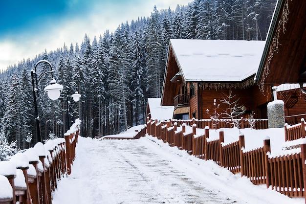 Winterstadt in den bergen Premium Fotos