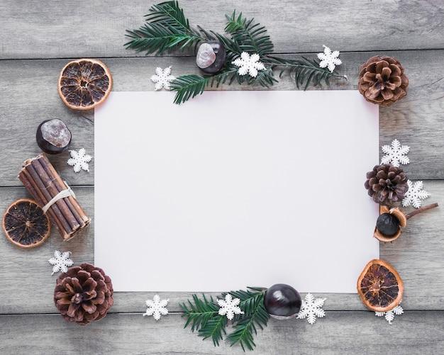 Wintersymbole um papierblatt Kostenlose Fotos