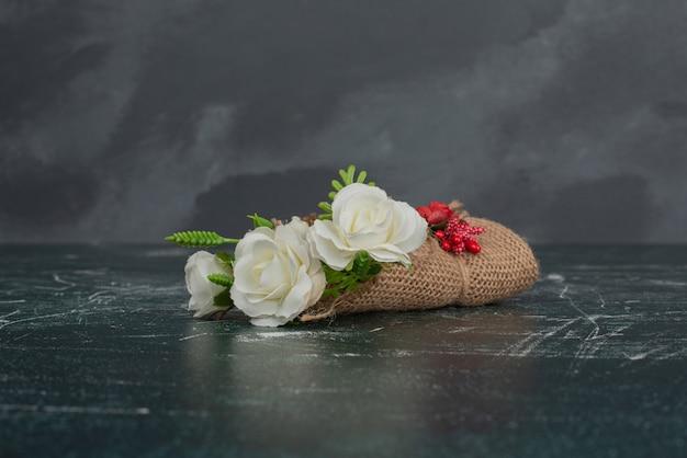 Winziger schöner blumenstrauß auf marmortisch Kostenlose Fotos