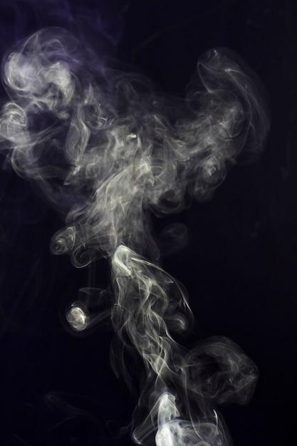 Wirbeln des weißen rauches auf schwarzem hintergrund Kostenlose Fotos