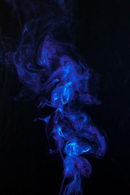 Wirbelnder dunkelblauer rauch auf schwarzem hintergrund Kostenlose Fotos
