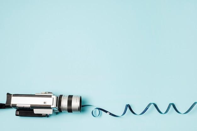 Wirbelte filmstreifen vom kamerarecorder auf blauem hintergrund Kostenlose Fotos