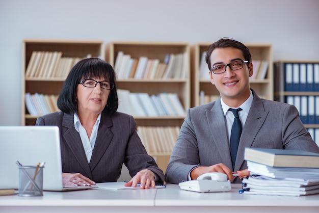 Wirtschaftler, die geschäftsdiskussion im büro haben Premium Fotos