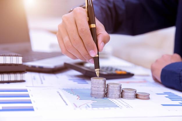 Wirtschaftsprüfer oder bankangestellte führen sparberechnungen durch, finanzbuchhaltung. Premium Fotos
