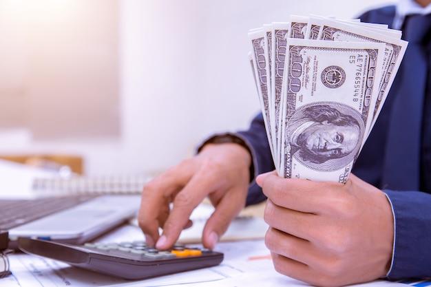 Wirtschaftsprüfer oder bankiers führen sparberechnungen durch. Premium Fotos