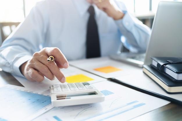 Wirtschaftsprüfer oder finanzinspektor, der an geschäftsbericht arbeitet Premium Fotos
