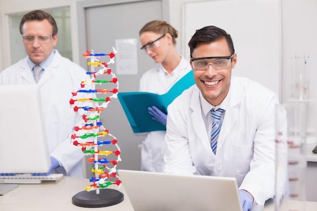 Wissenschaftler, der zusammen mit laptop und computer arbeitet Premium Fotos
