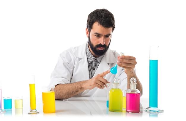 Wissenschaftler mann mit reagenzgläsern Kostenlose Fotos