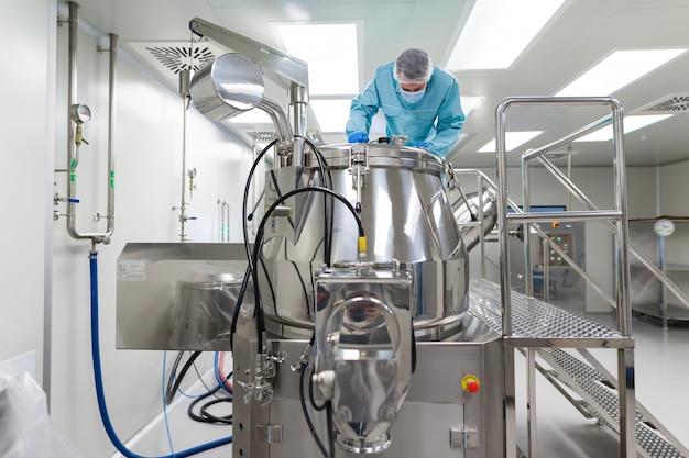 Wissenschaftlerblick im stahltank im labor Premium Fotos