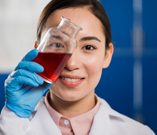 Wissenschaftlerin hält laborsubstanz Kostenlose Fotos