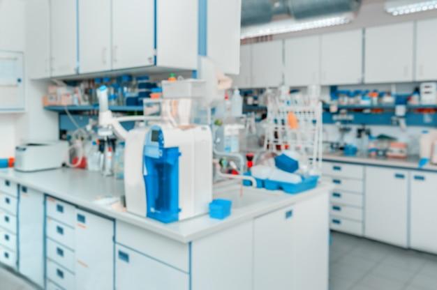Wissenschaftlich: moderner laborinnenraum unscharf Premium Fotos