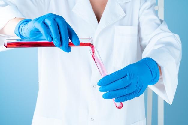 Wissenschaftliche experimente in einem chemielabor. farbflüssigkeiten und reagenzglas Premium Fotos