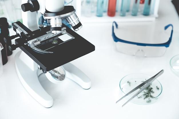 Wissenschaftsinstrumente im laborraum. wissenschafts-forschungskonzept. Premium Fotos