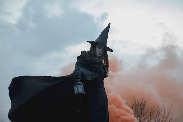 Witchy kleidungsmann mit niedriger ansicht der laterne Kostenlose Fotos