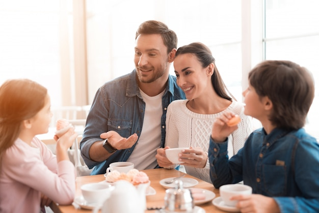 Wochenendmorgen des liebens der glücklichen familie im café. Premium Fotos