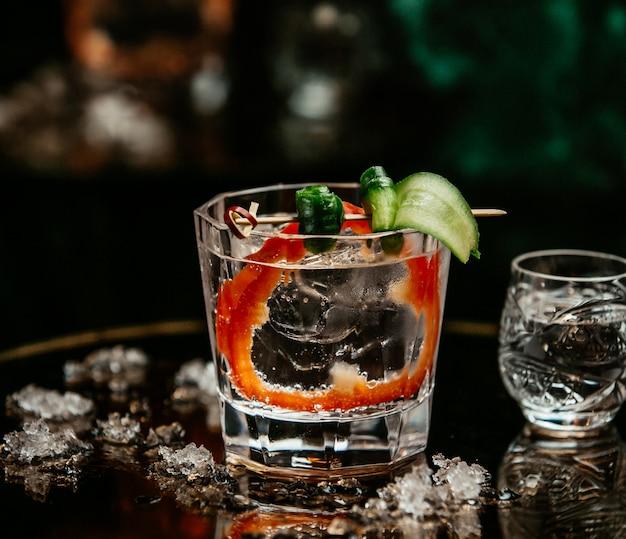 Wodka im glas mit oliven-, gurken- und paprikascheibe. Kostenlose Fotos
