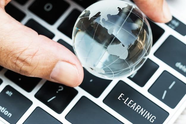Wörter e-learning an geben schlüsselknöpfe der computerlaptoptastatur ein Premium Fotos