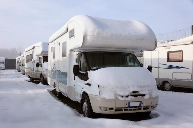 Wohnmobil im winter Premium Fotos
