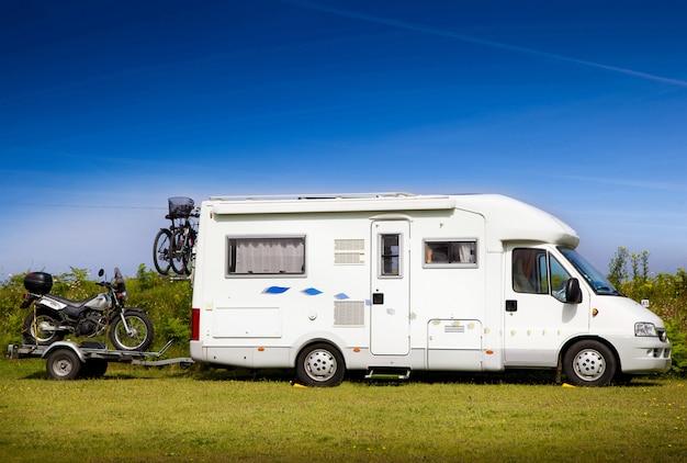 Wohnmobil mit motorrad Premium Fotos