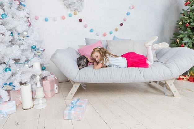 Wohnzimmer mit dekoration des neuen jahres Premium Fotos