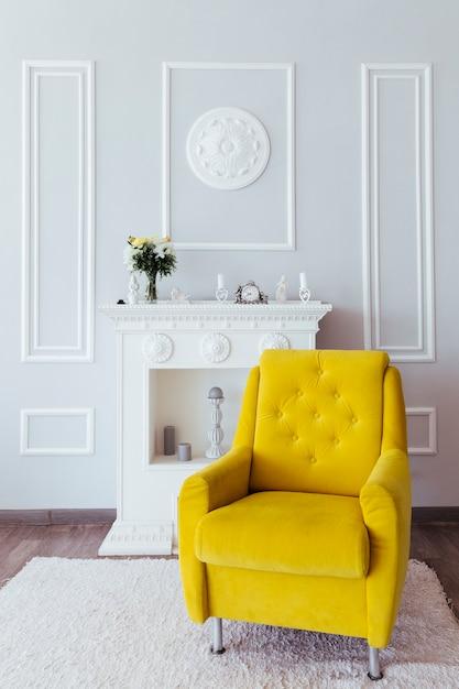 Wohnzimmerdesign mit gelbem lehnsessel Premium Fotos