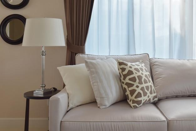 Wohnzimmerdesign mit starkem tweedsofa mit braunen kissen Premium Fotos