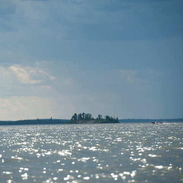 Wolke im horizont himmel über lake of the woods, ontario Premium Fotos