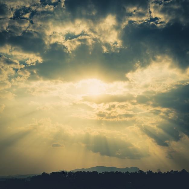 Wolken himmel und sonnenstrahlen mit vintage effekt. Premium Fotos