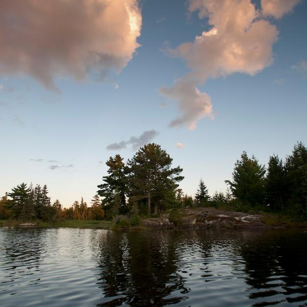 Wolken über see am lake of the woods, ontario Premium Fotos