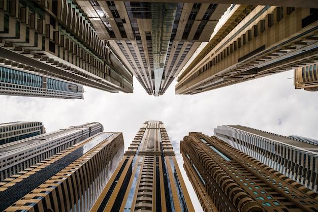 Wolkenkratzer, die zum himmel aufblicken. moderne metropole. moderne stadt Kostenlose Fotos