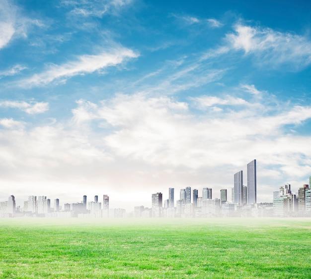 Wolkenkratzer in der ferne an einem nebligen tag Kostenlose Fotos