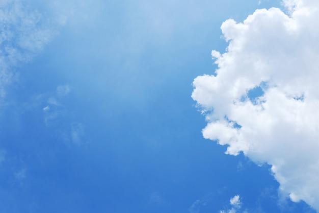Wolkenkratzer mit wolken und hintergrund des blauen himmels Premium Fotos
