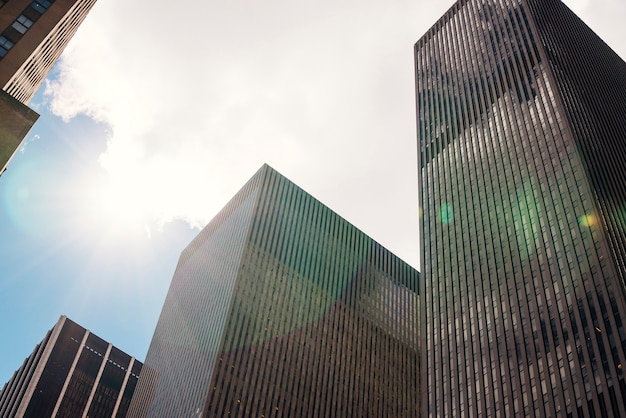 Wolkenkratzer und blauer himmel mit wolken Kostenlose Fotos