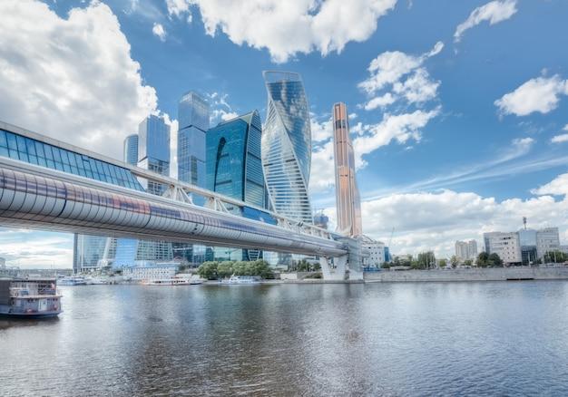 Wolkenkratzer von moskau im stadtbild Premium Fotos